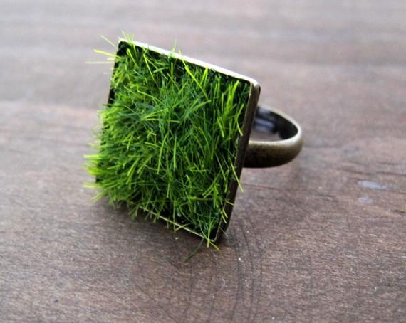 chiếc nhẫn cỏ nhân tạo