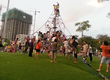 Cỏ nhân tạo sân vườn đã có mặt tại công viên Nghĩa Đô 2