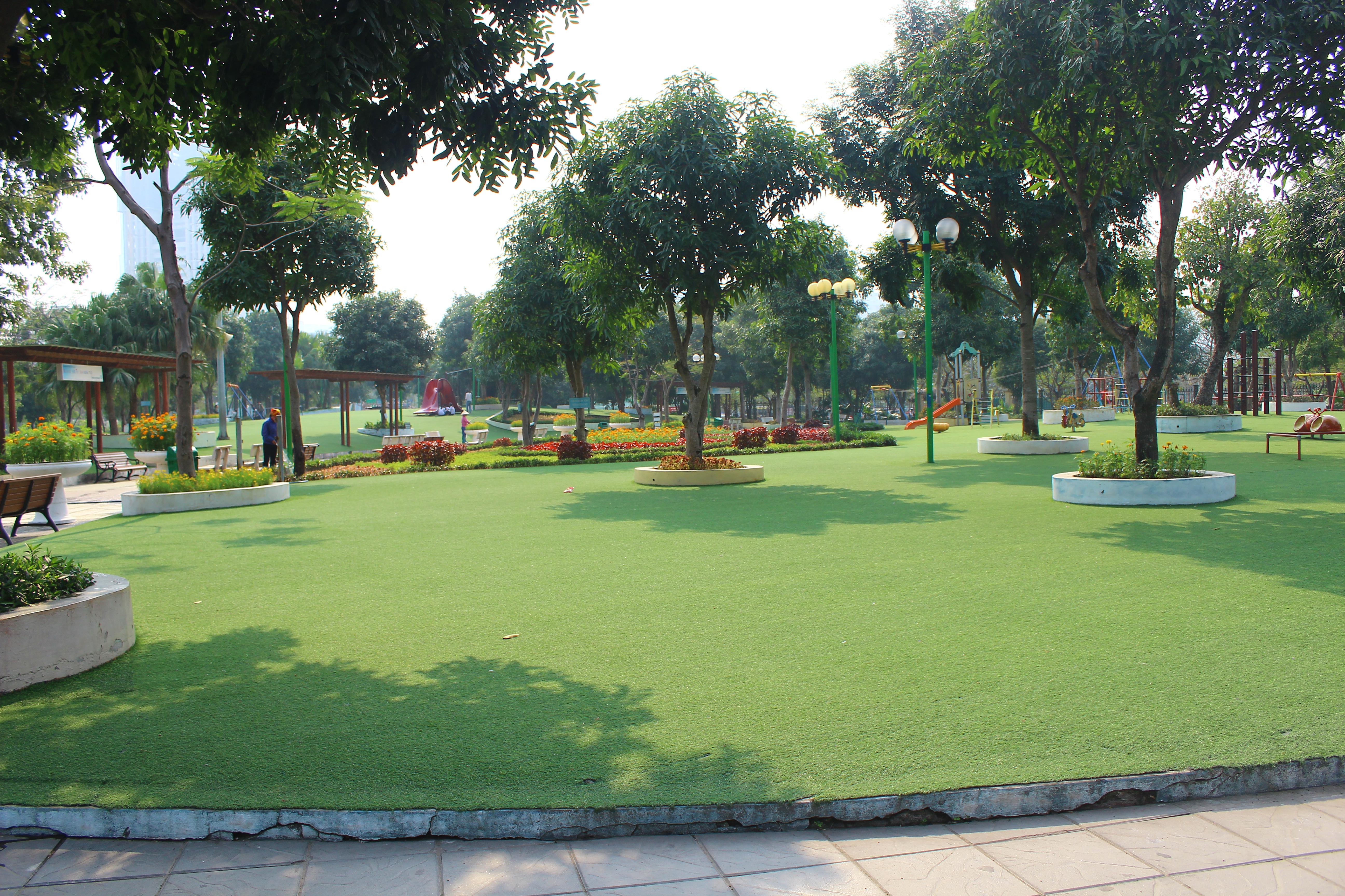 Các thiết bị vui chơi do Nhật Bản tài trợ lắp ráp.  Toàn bộ mặt sàn của sân chơi được trải cỏ  n  t2.