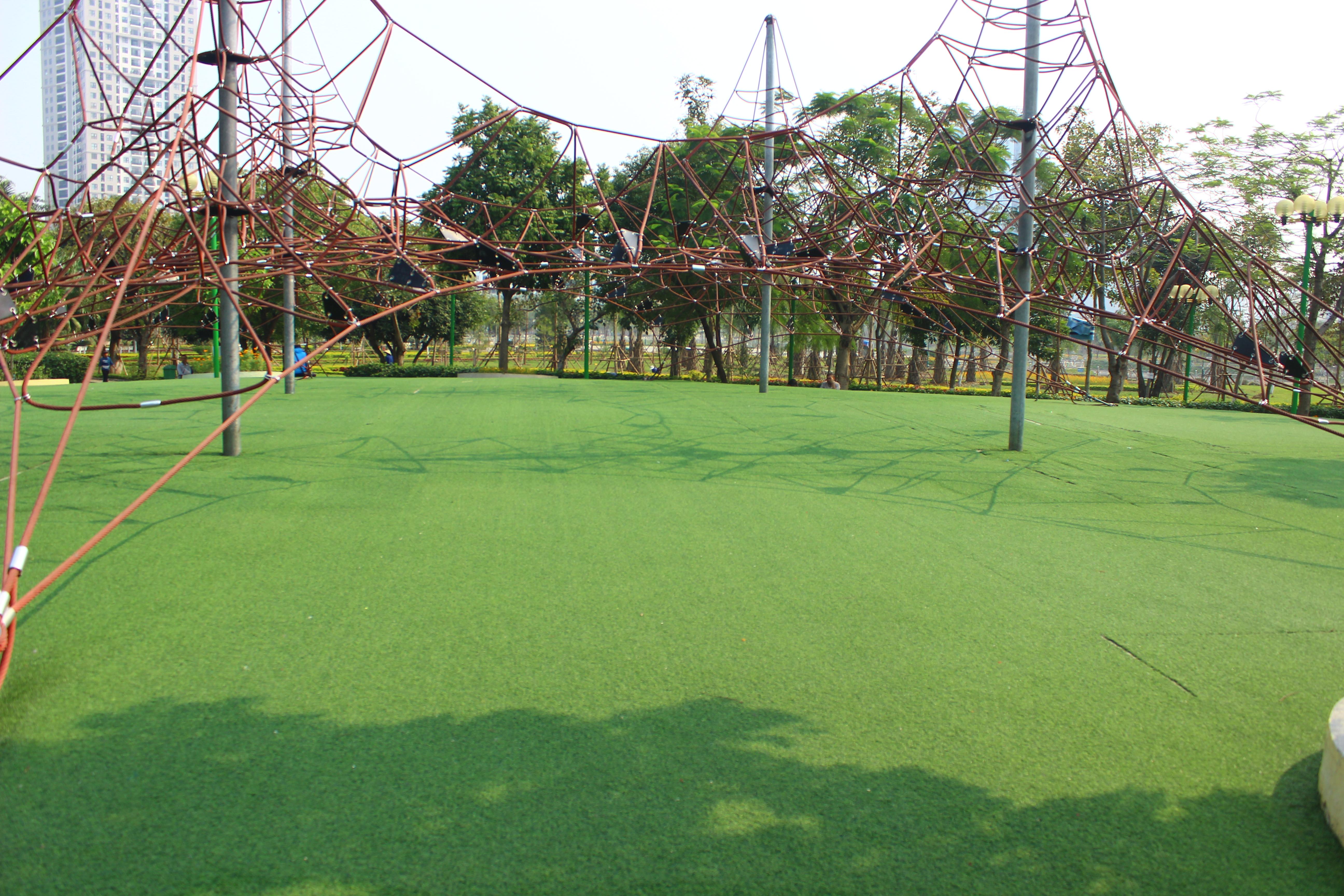 Các thiết bị vui chơi do Nhật Bản tài trợ lắp ráp.  Toàn bộ mặt sàn của sân chơi được trải cỏ n 1