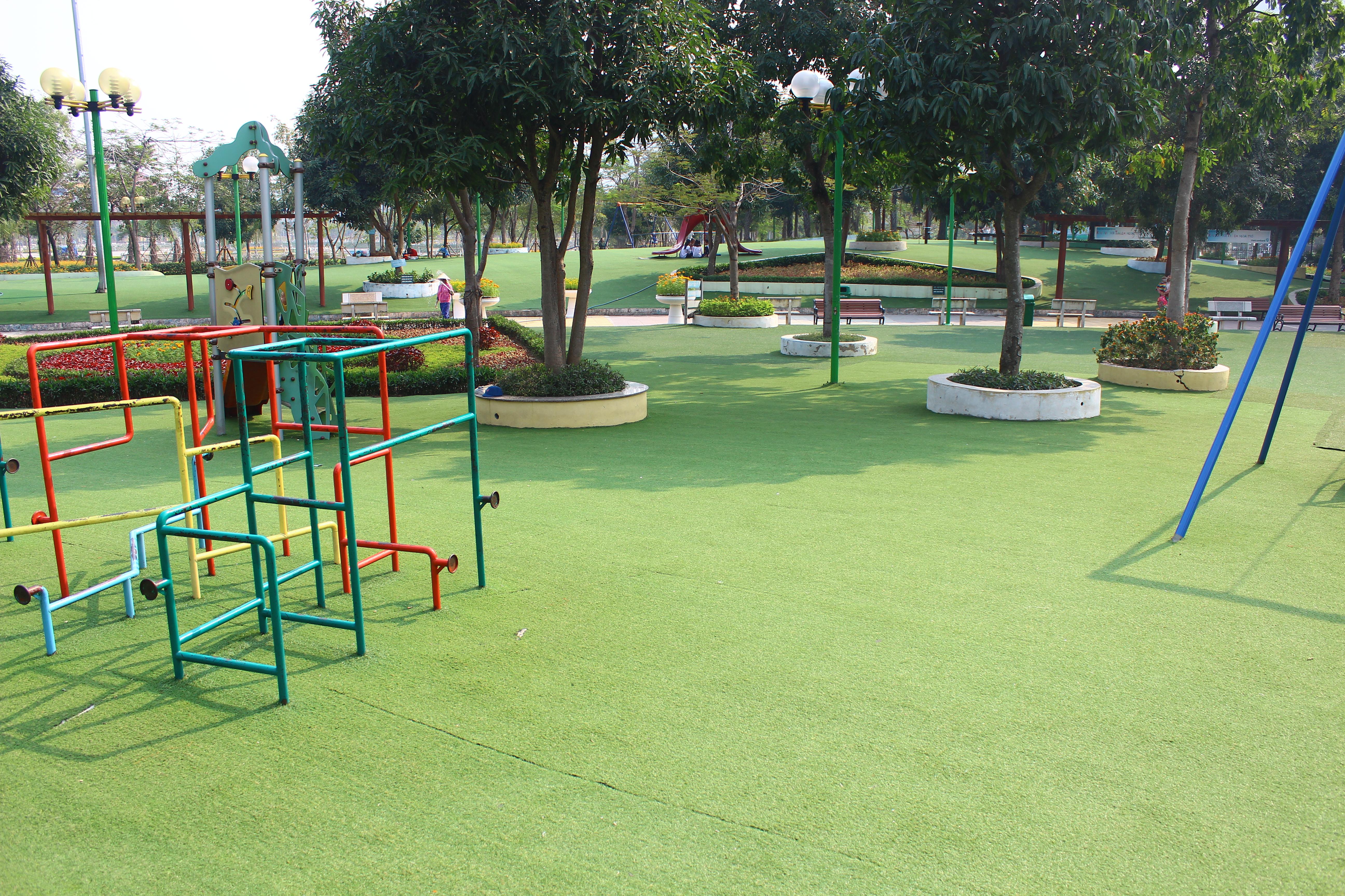 Các thiết bị vui chơi do Nhật Bản tài trợ lắp ráp.  Toàn bộ mặt sàn của sân chơi được trải cỏ  n  t3.