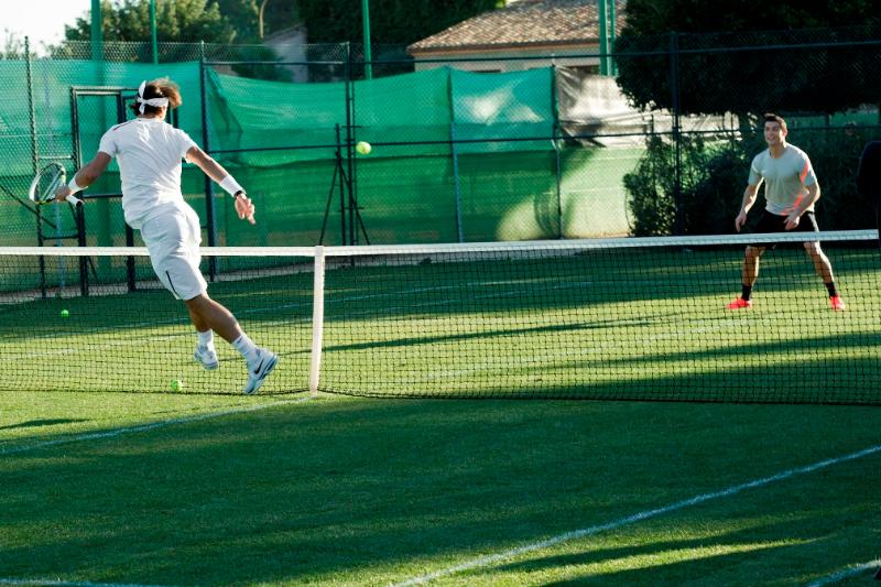 Sân tennis bằng cỏ thường tốn kém trong việc sử dụng và bảo trì sau mỗi trận đấu