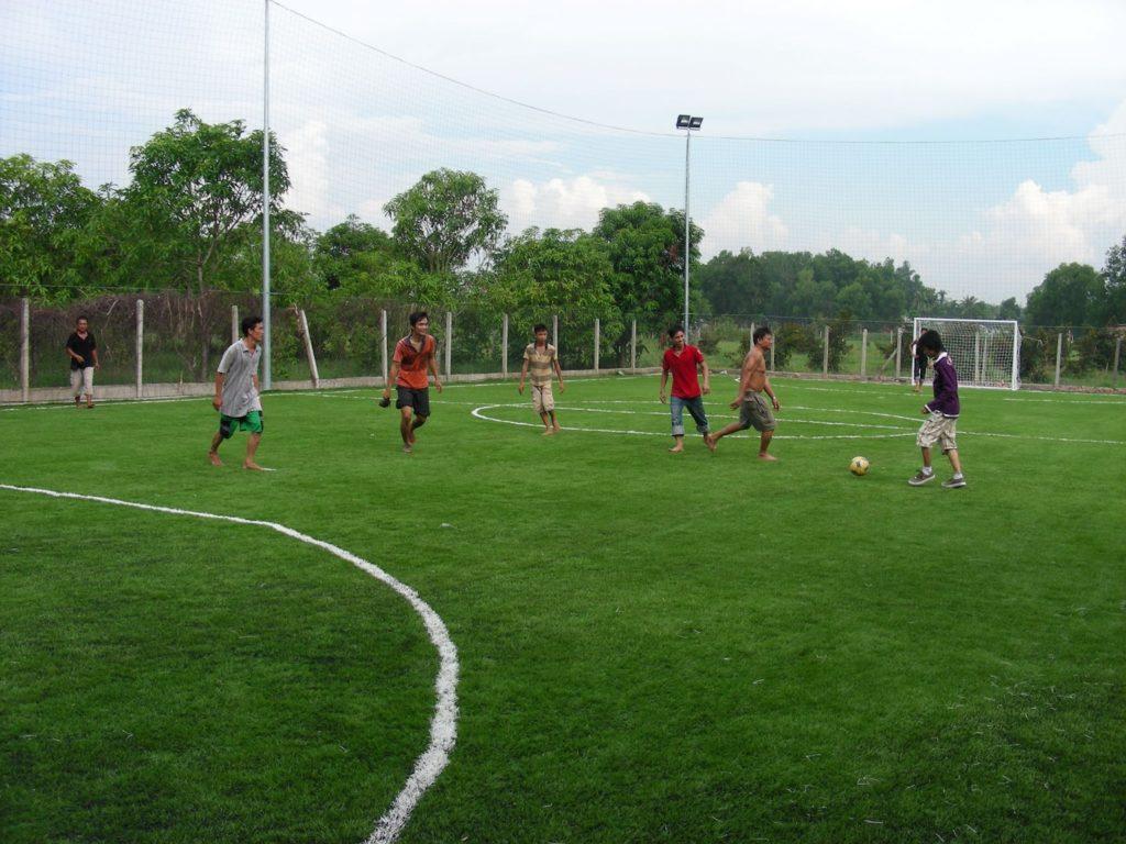 Đá bóng trên sân cỏ nhân tạo: Thoải mái, sạch như... đi chơi ! 1