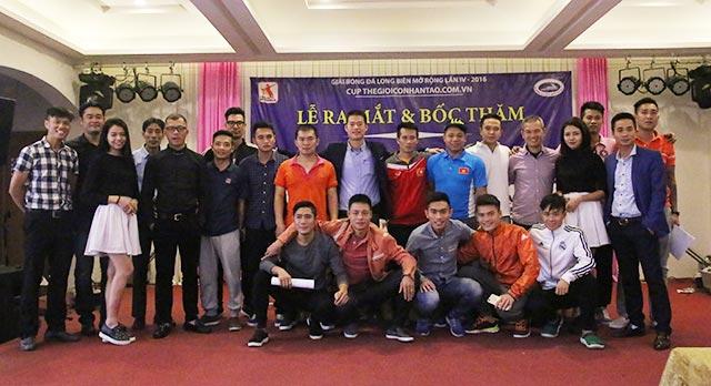 Đại diện các đội bóng chuyền chụp ảnh lưu niệm với ban tổ chức