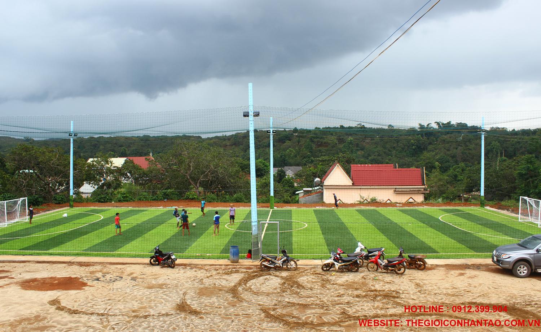 3. Thi công bề mặt sân cỏ nhân tạo 4