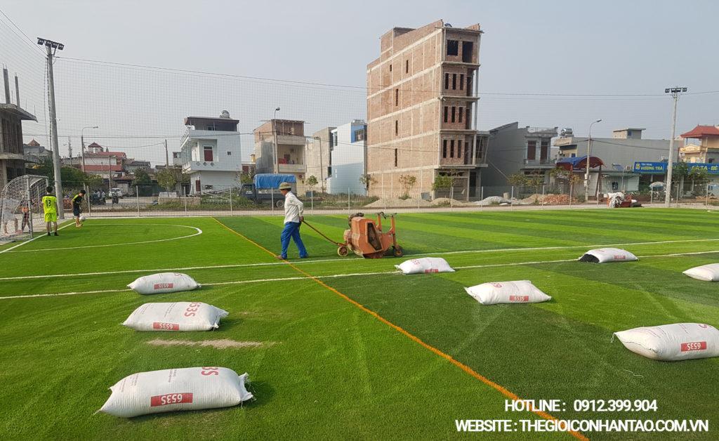 Giai đoạn thi công bề mặt sân cỏ nhân tạo 1