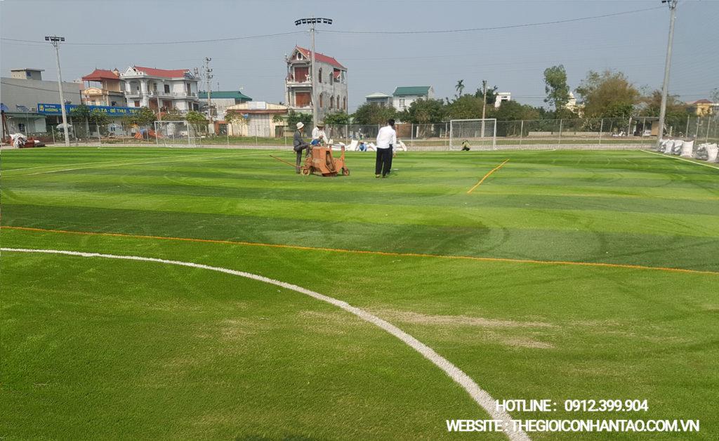 Giai đoạn thi công bề mặt sân cỏ nhân tạo 2