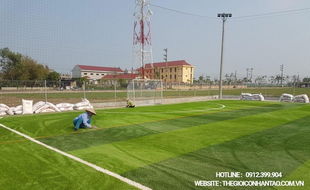 Giai đoạn thi công bề mặt sân cỏ nhân tạo 3