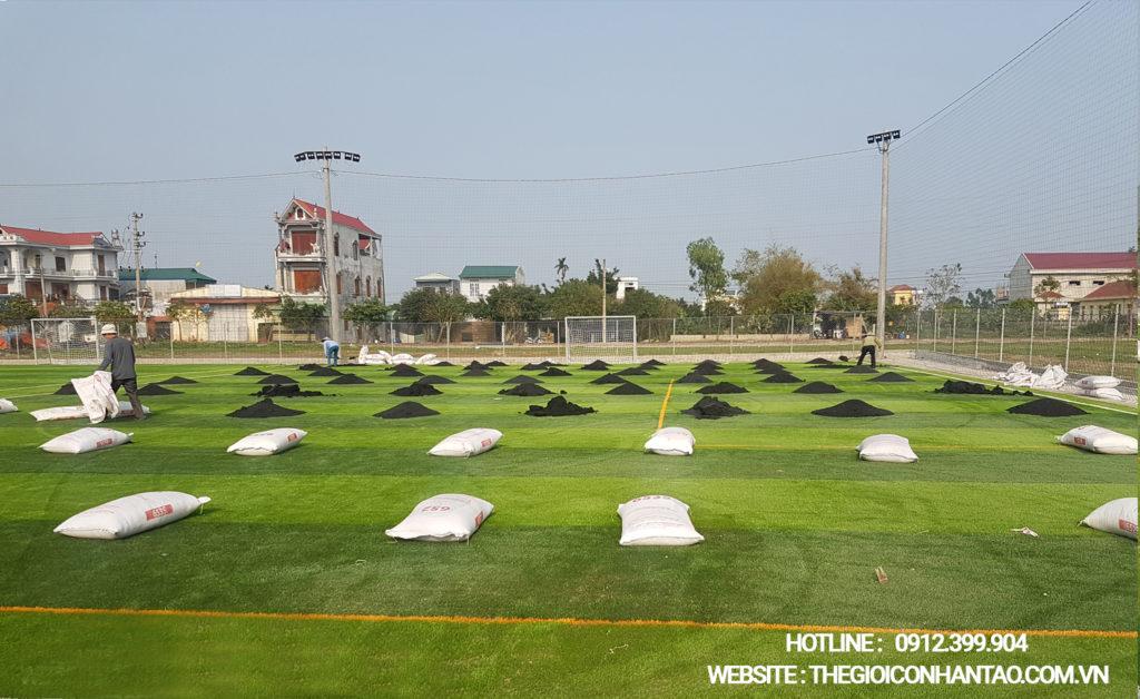 Giai đoạn thi công bề mặt sân cỏ nhân tạo 4