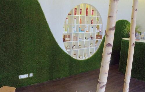Sử dụng cỏ nhân tạo trang trí tường trong nhà hàng 1