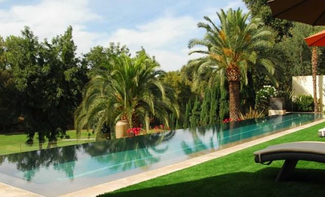 Trang trí bể bơi khách sạn với cỏ nhân tạo 1