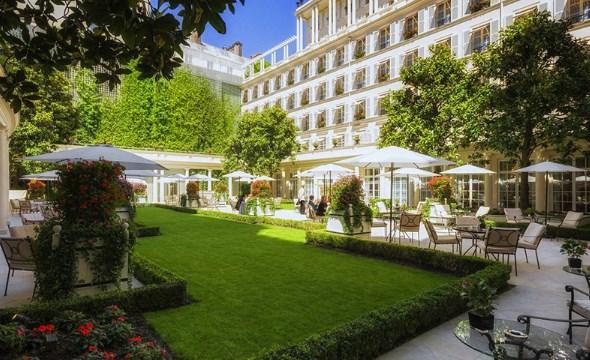 Trang trí sân vườn của khách sạn bằng cỏ nhân tạo 1