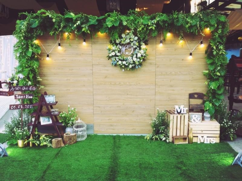 Không gian tiệc cưới cổ kính với thảm cỏ nhân tạo