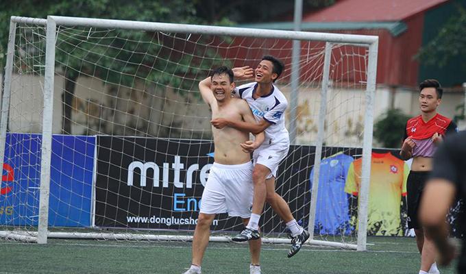 Giải hạng Nhì Vietfootball: Cường 'kun' đón sinh nhật đáng nhớ với Mobifone 4