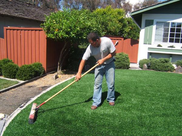 Bí quyết chăm sóc cỏ nhân tạo sân vườn sạch, đẹp trong mùa hè nóng bức 1