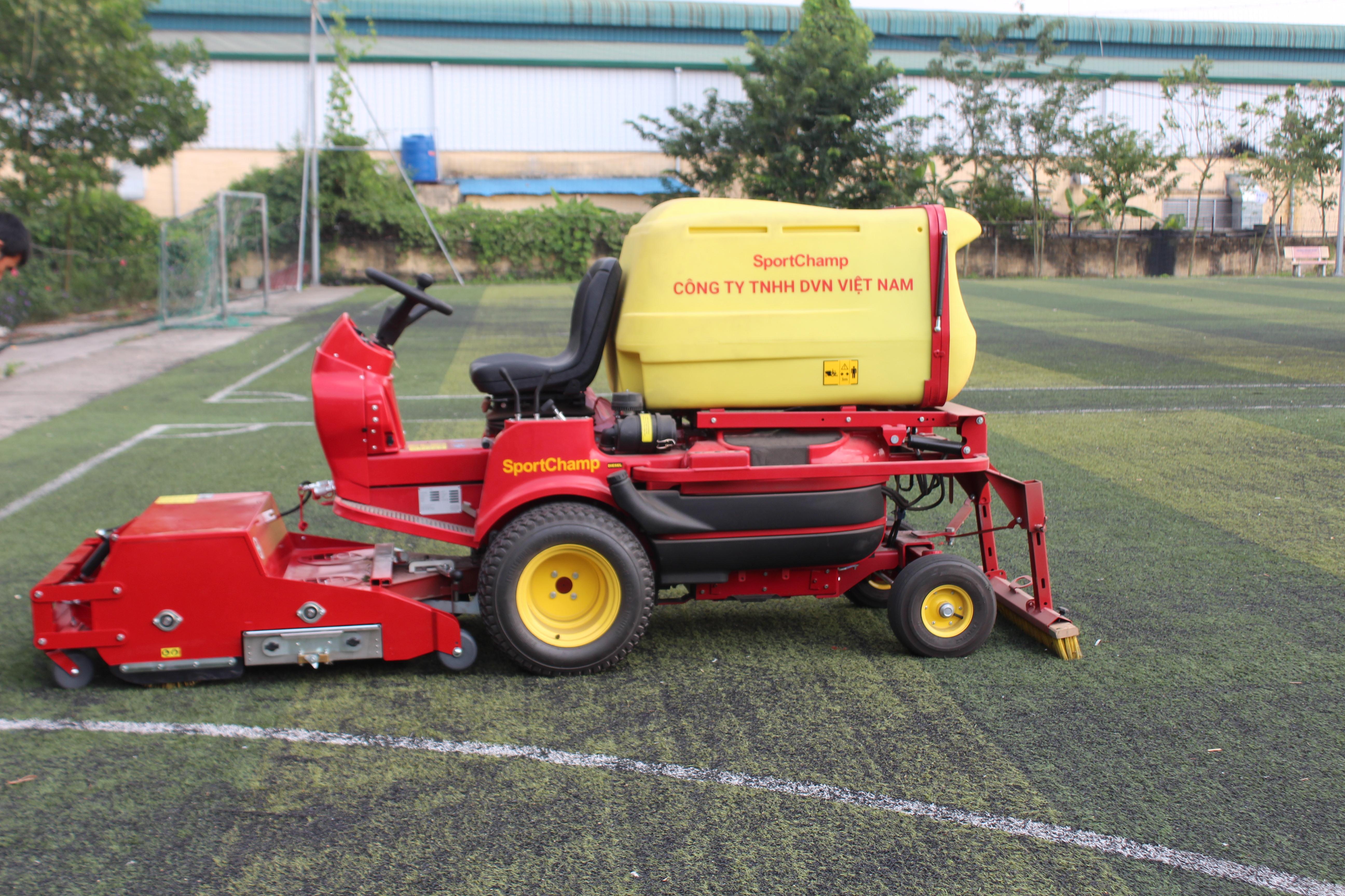Bảo dưỡng sân bóng cỏ nhân tạo với máy Pportchamp tại Phố Nối, Hưng Yên 1