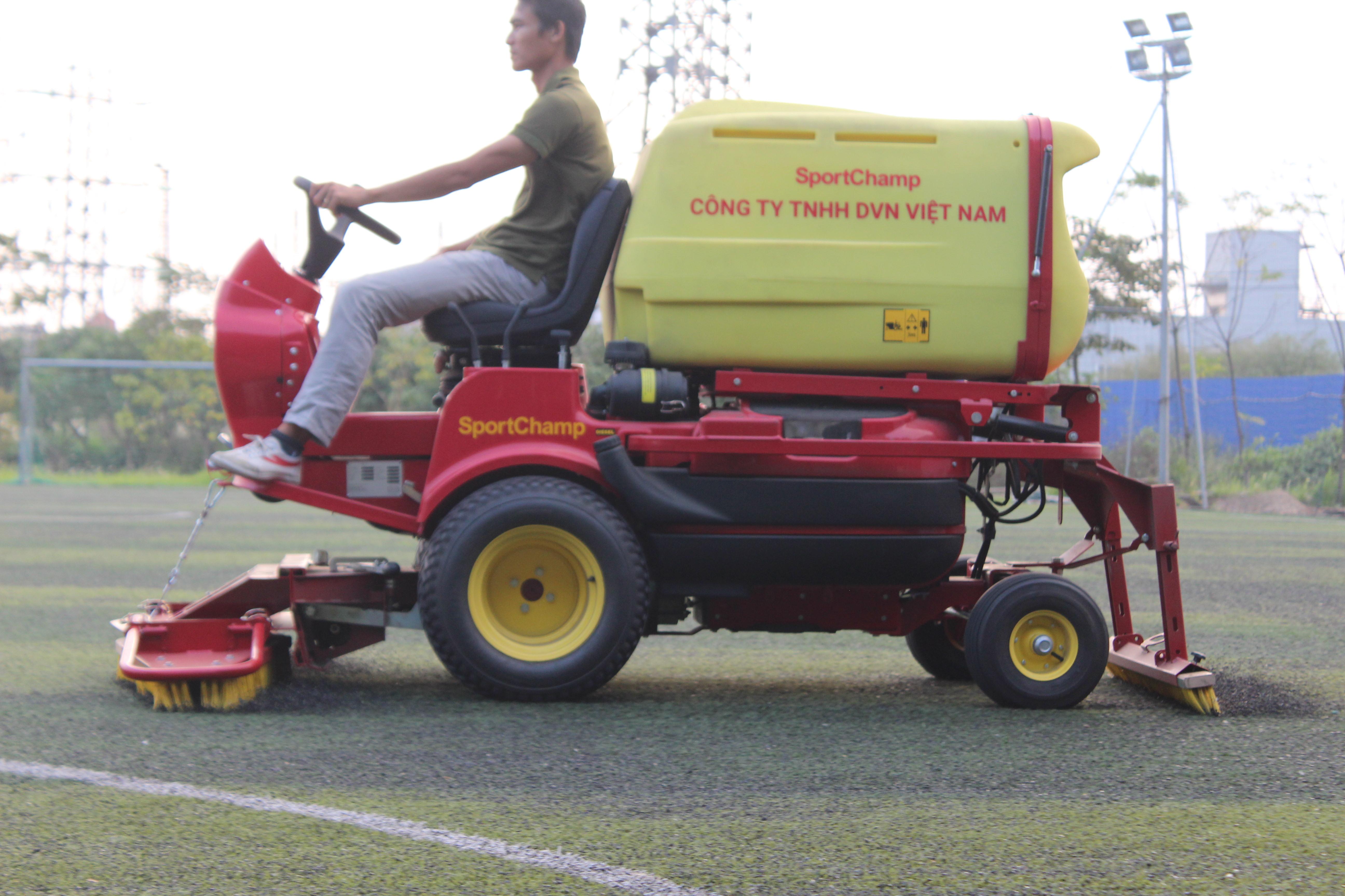 Bảo dưỡng sân bóng cỏ nhân tạo với máy Pportchamp tại Phố Nối, Hưng Yên 2