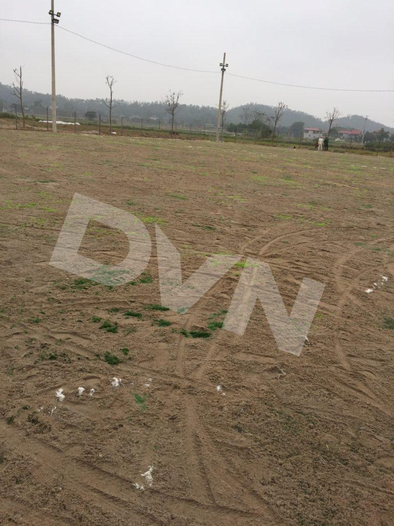 Trải cát sân bóng cỏ nhân tạo
