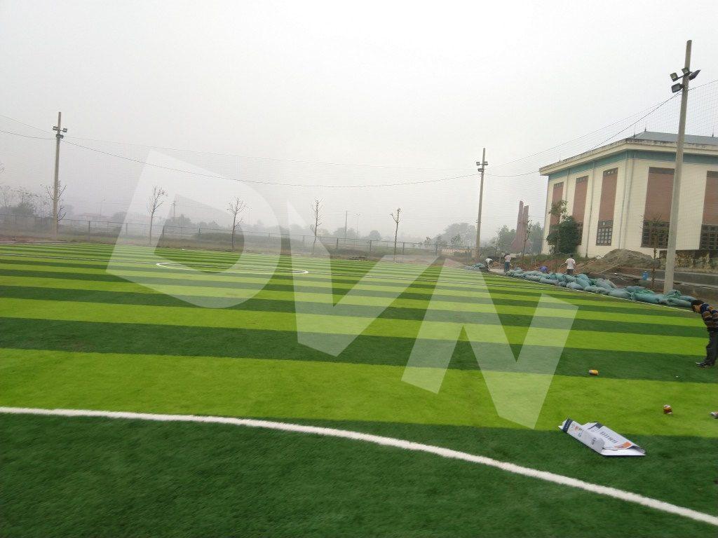 Thi công cao su cho sân bóng cỏ nhân tạo