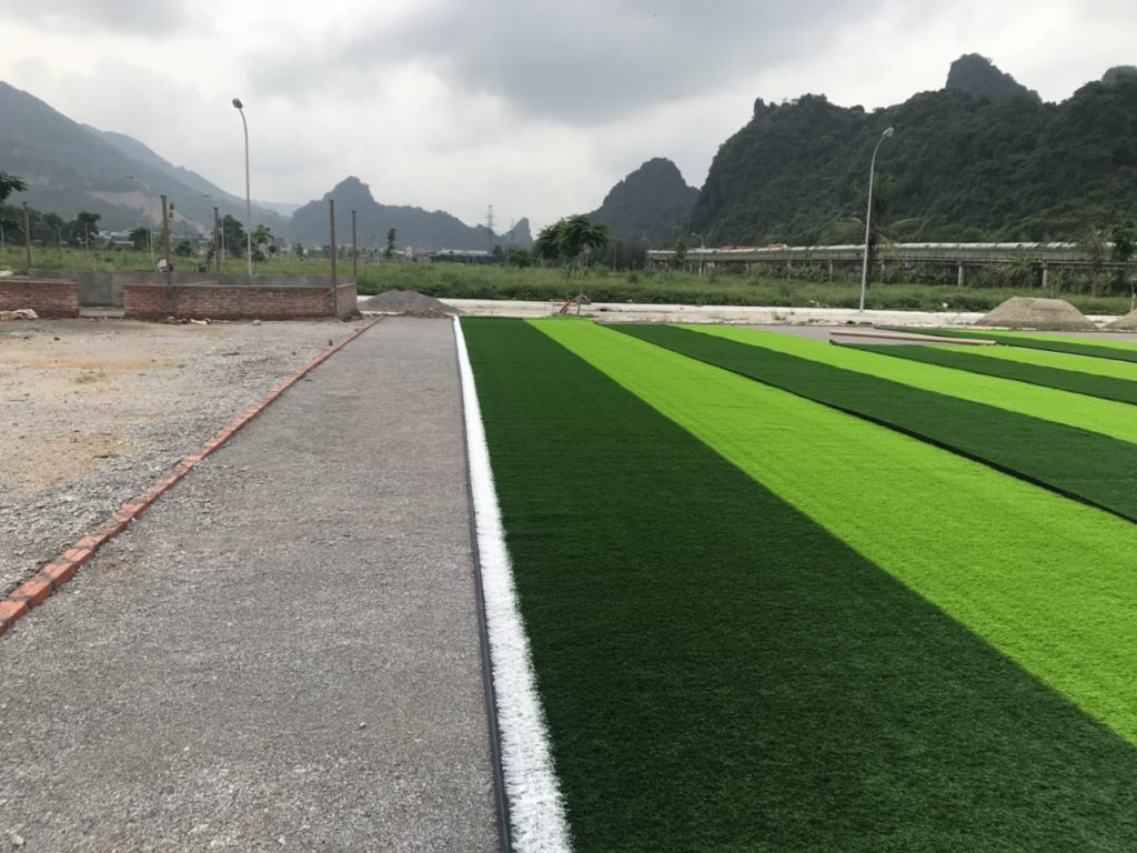 Thảm cỏ 3 màu với màu line trắng, màu xanh đậm và màu xanh non
