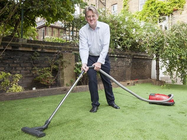 Dùng máy hút bụi vệ sinh thảm cỏ