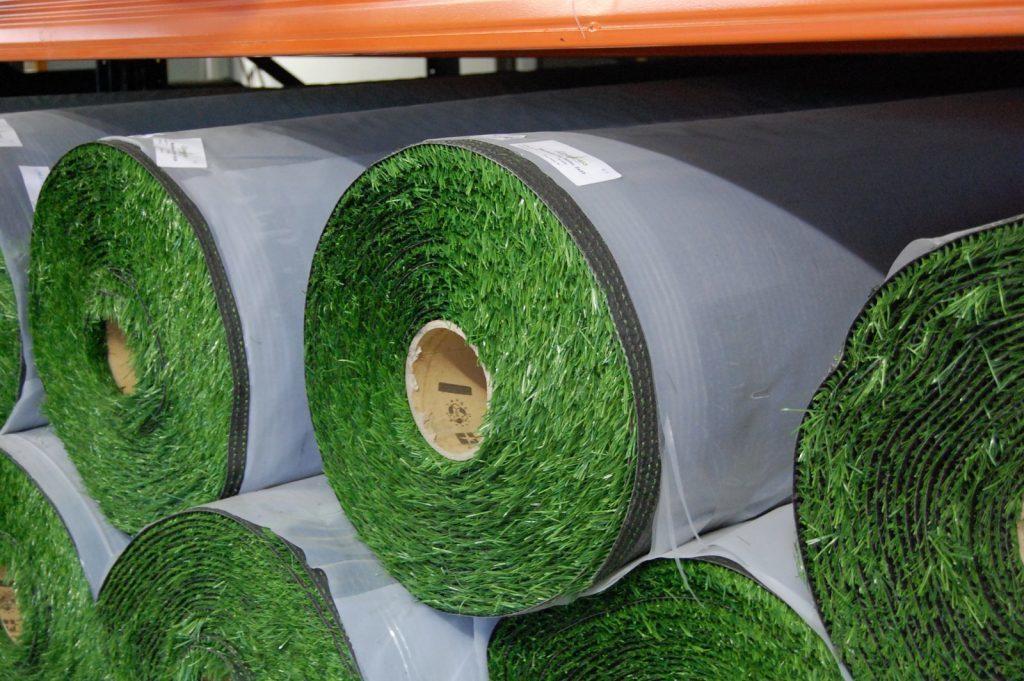 Bước 5 -Cuộn thảm cỏ nhân tạo thành cuộn tròn 2