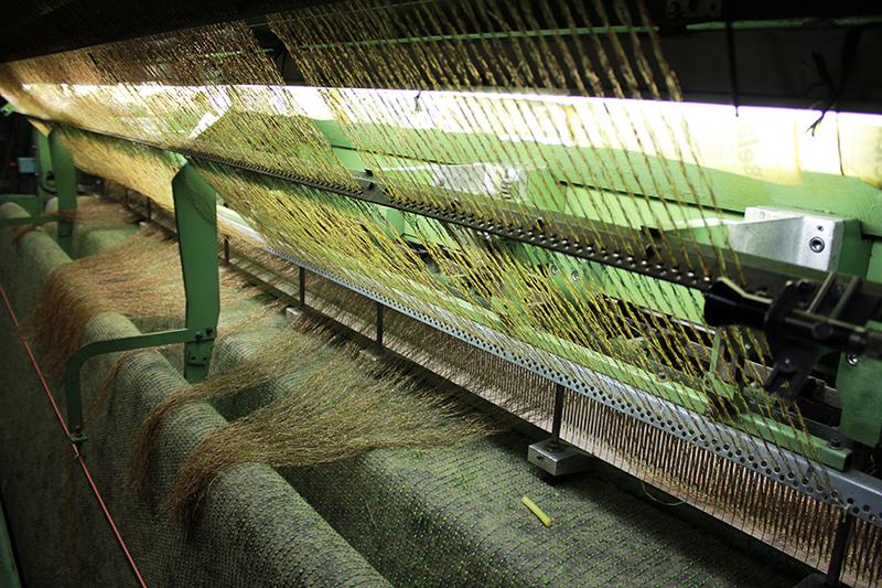 Bước 1 -Khâu các sợi cỏ vào lớp thảm 1
