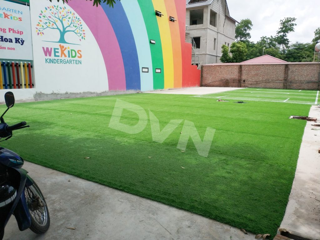 Trải cỏ nhân tạo trường mầm non Wekids