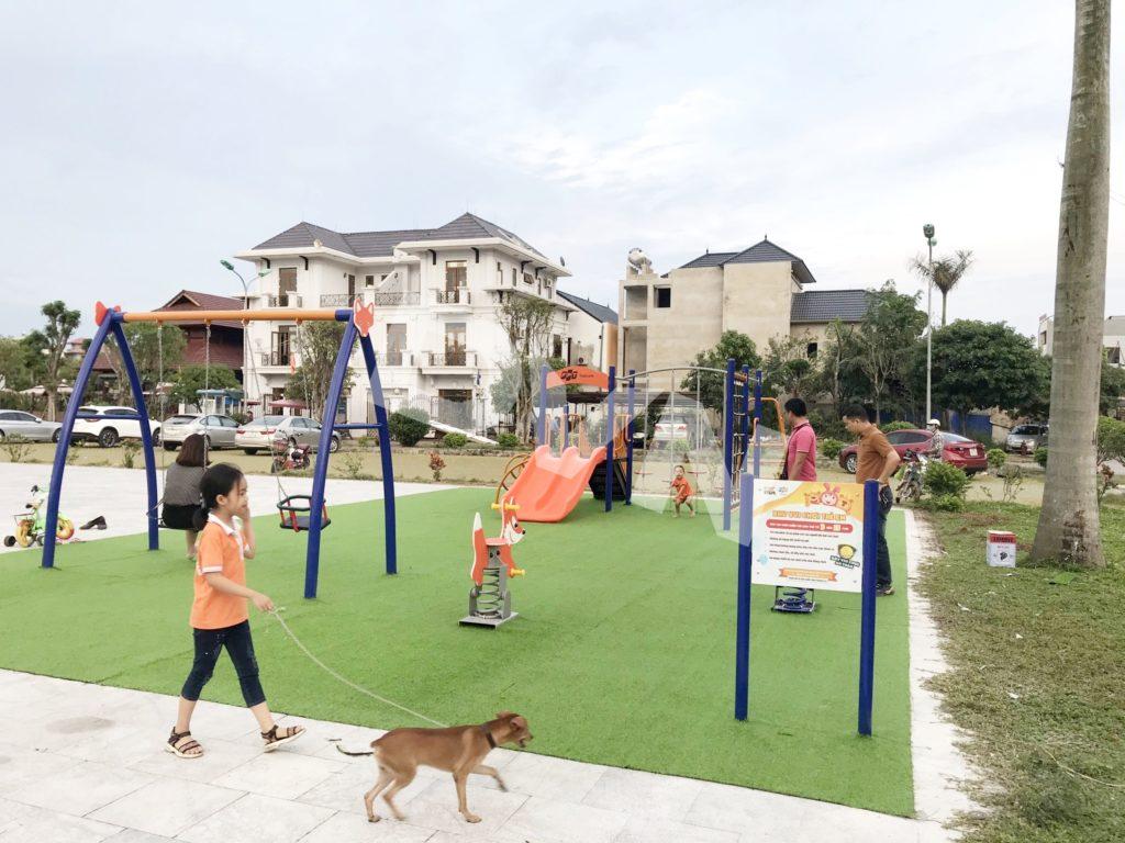 Trải sân chơi bằng cỏ nhân tạo