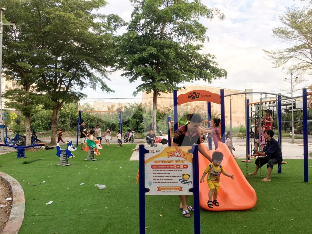 1, Một số hình ảnh sân chơi cỏ nhân tạo tạiNhà thiếu nhi xã Phong Phú 1