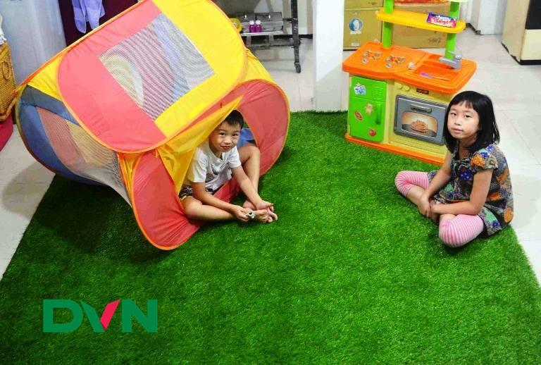 Dùng thảm cỏ nhân tạo thay thảm sàn bình thường 2