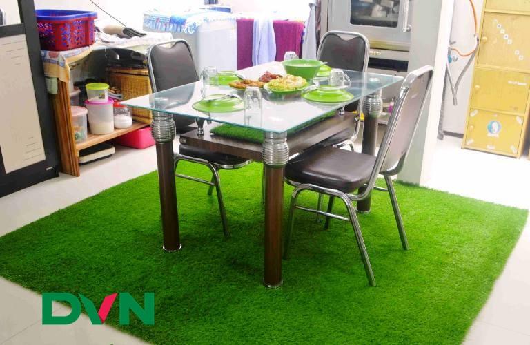 Dùng thảm cỏ nhân tạo thay thảm sàn bình thường 1