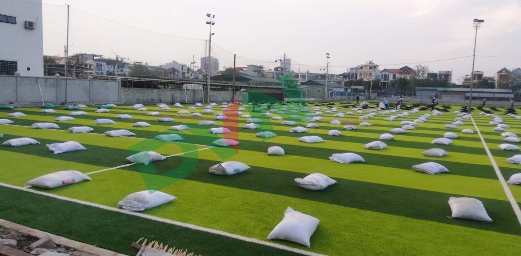 1,Một số hình ảnh thi công sân bóng cỏ nhân tạo VietKids 8