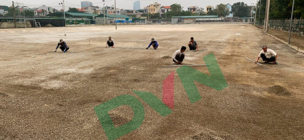 1,Một số hình ảnh thi công sân bóng cỏ nhân tạo VietKids 3
