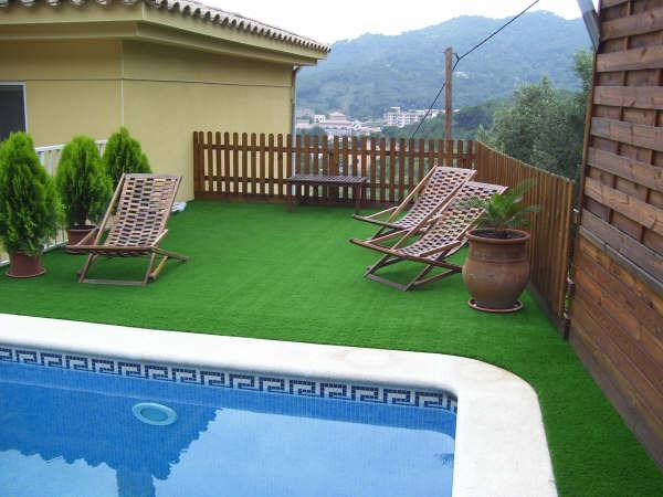 Nâng cao vẻ đẹp công trình bể bơi gia đình bằng cỏ nhân tạo