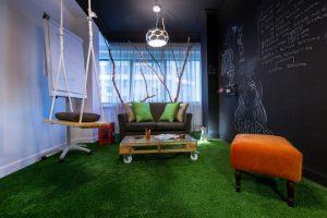 Các ý tưởng trang trí cỏ nhân tạo trong văn phòng 10