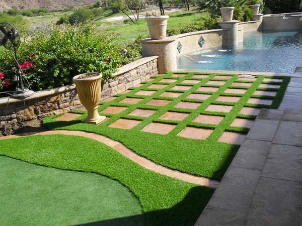 Trang trí thảm cỏ nhân tạo ban công gia đình