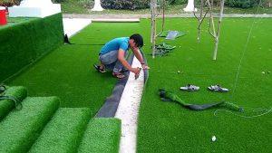Lắp đặt cỏ nhân tạo trên mặt nền đã được san lấp bằng phẳng 1