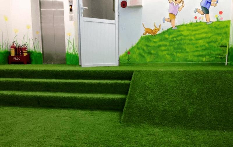 Trang trí bậc thang bằng cỏ nhân tạo