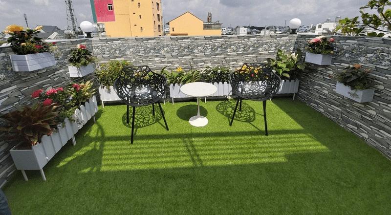 Trang trí ban công với cỏ nhân tạo