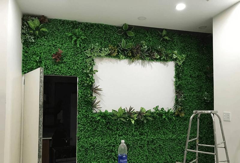 Trang trí tường cũ với cỏ nhân tạo